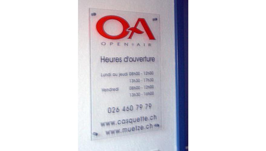 Plaque plexi informationnelle avec décoration adhésive et fixation par entretoise et caches vis horaires d'ouverture